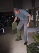 Sven prøver overtræksstøvler