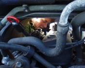 Karen Marie ordner den hollandske bil - Helt ned i motorrummet