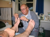 Overplastergasten i gang med en fodoperation